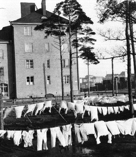 Laundry for drying in Helsinki at Vallilatie street | Pyykkejä kuivumassa Vallilantie 11:n (Mäkelänkatu 15)...