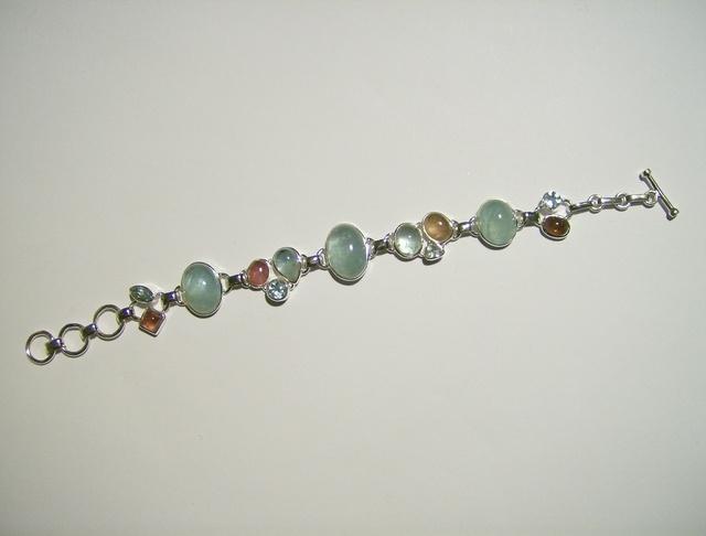 Bracciale con ACQUAMARINA , Tormalina Rosa e argento. Lunghezza regolabile da 17,5cm a 20cm.Il gioiello e composto di 13 pietre sfaccettate e non.