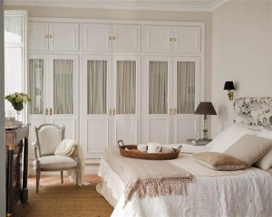 La decoración del dormitorio se aconseja que sea cálida, con colores que inviten al descanso y a la relajación.