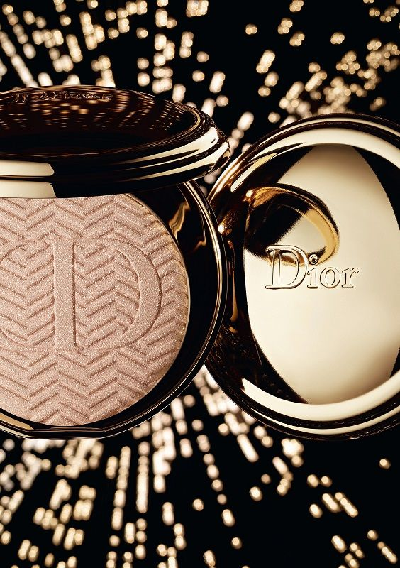 DIORIFIC STATE OF GOLD – POUDRE COMPACTE LUMIÈRE D'OR The luminosity and sensual curves of a compact bursting with glamorous gold shimmer. More than just a powder, an object of desire that fits in the palm of your hand: DIORIFIC STTE OF GOLD harbors in its precious case a powder embossed with the chevron motif discovered in the Dior archives.