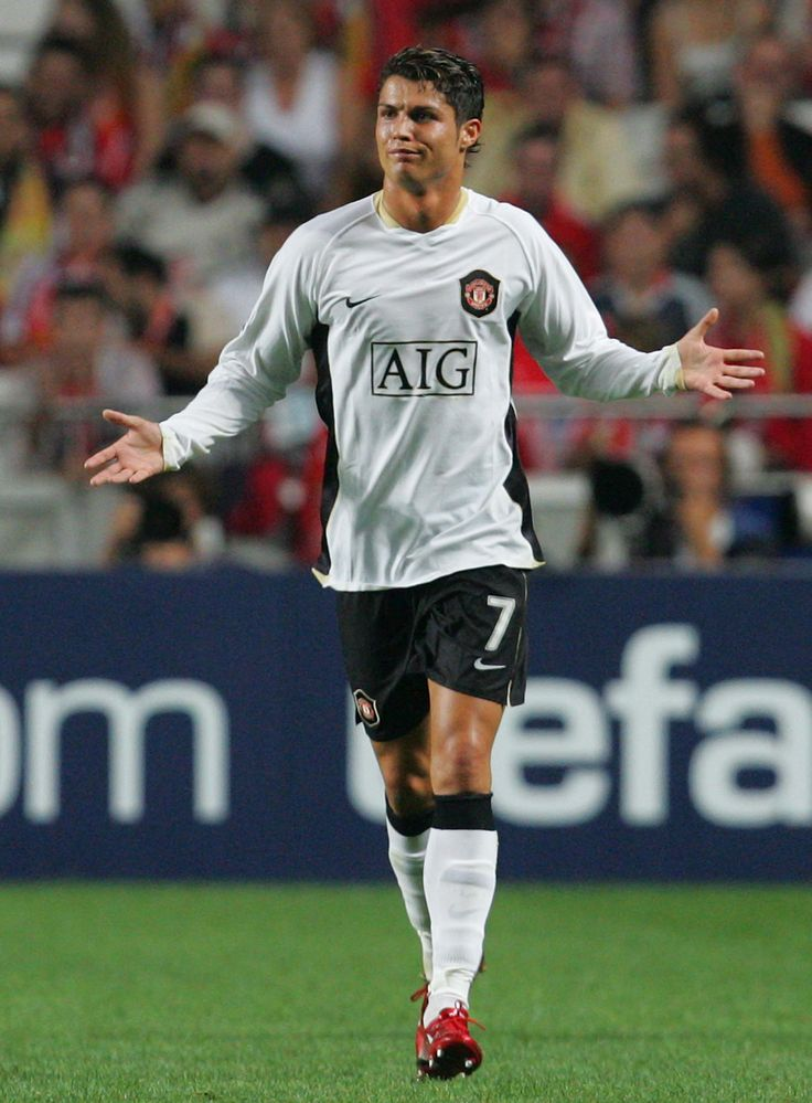 Something's got Cristiano Ronaldo puzzled during @manutd's 1-0 win over Benfica in 2007/08 Champions League.