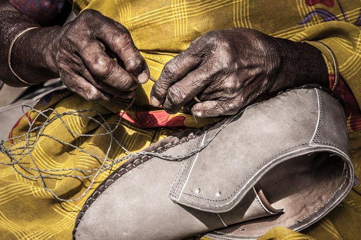 Οι «αόρατες» γυναίκες που ράβουν τα επώνυμα παπούτσια   Alexiptoto