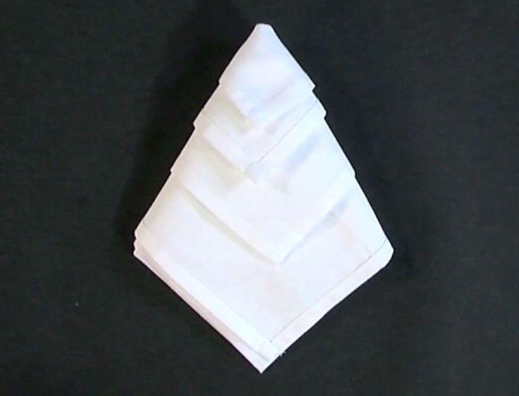 Vous recevez et voulez donner de l'allure à votre table ? Réaliser ce pliage de serviette en forme de diamant, à placer dans les assiettes.