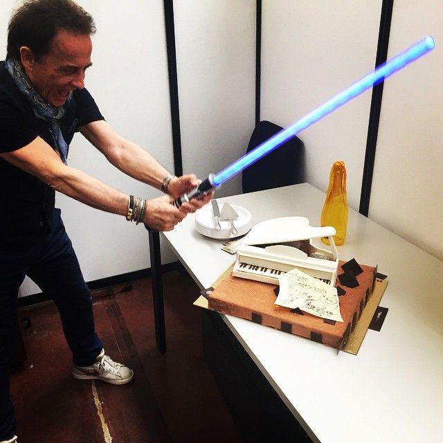 #FrancescoFacchinetti Francesco Facchinetti: Roby-Wan Kenobi, da buon Jedi Master, taglia la torta con la sua spada laser!