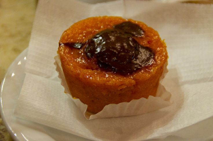 "Carrot muffin with chocolate at ""A Brasileira"""