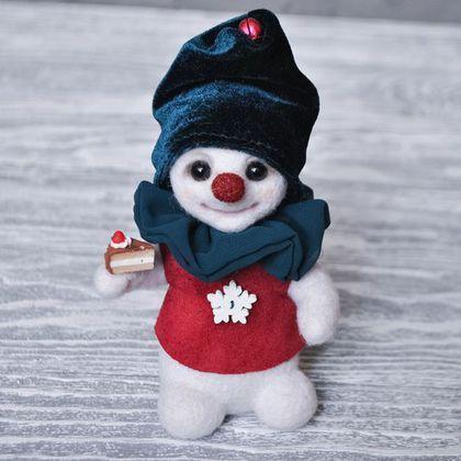 Купить или заказать Снеговик из шерсти, снежный гном Ларс в интернет-магазине на Ярмарке Мастеров. Сластена Ларс, мечтает когда-нибудь стать самым лучшим кондитером на Земле. А может быть это все ради его обожаемой Фрози, которая так любит пироженки. Создан на 100% из шерсти. Стеклянные глаза ручной работы. Ручки на каркасе и можно менять их положение. Колпачок съемный, остальная одежда нет.