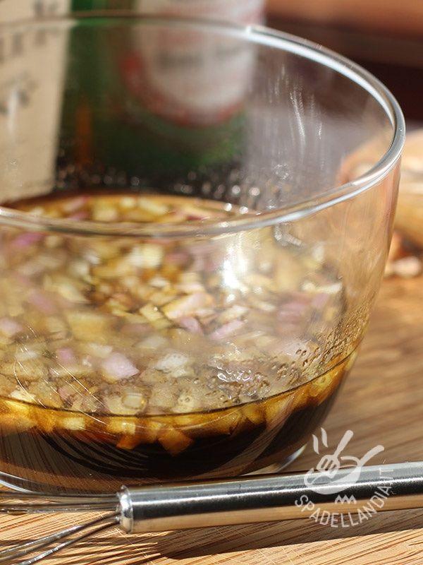 Per cucinare il cinghiale è necessario marinarlo nella Marinata per cinghiale, così perderà il sapore forte di selvatico.