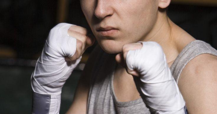 Como boxeadores fortalecem seus pulsos?. Os pulsos são, frequentemente, partes esquecidas do impressionante físico dos boxeadores. Eles absorvem um impacto significante a cada soco. Pulsos fracos resultam em socos fracos. Pulsos lesionados podem impedir um boxeador de competir em alto nível. Você pode exercitar os seus pulsos tanto quanto qualquer outra parte do corpo.