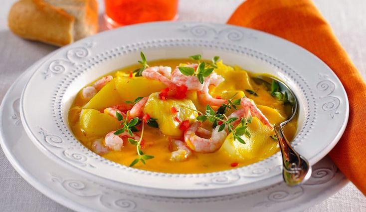Snabblagat och gott – det gillar vi! Saffran sätter underbar smak på den här fisksoppan med räkor.
