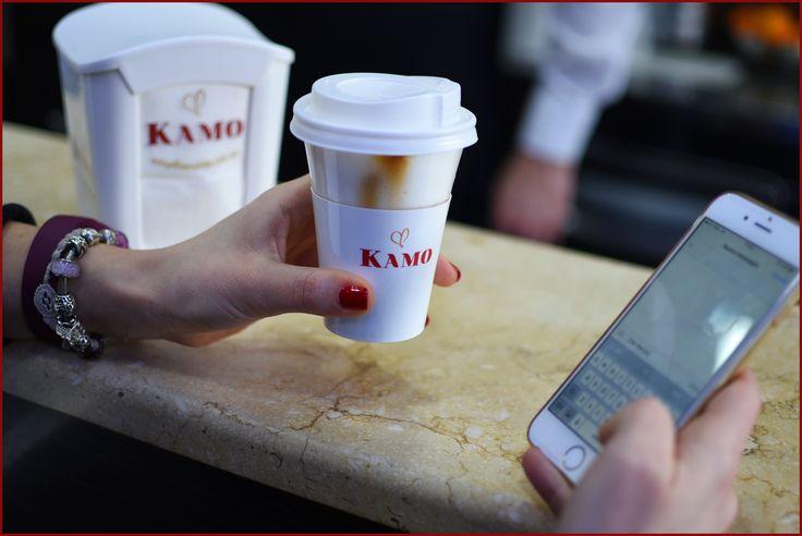 Cappuccino Kamo in una mano e smartphone nell'altra: scene quotidiane di #multitasking!  A chi starà scrivendo Serena?  Noi la seguiamo al Gran Caffè Veglia, uno dei nostri #puntikamo!