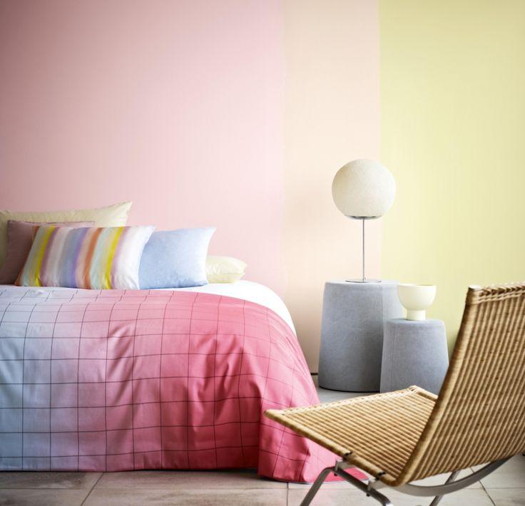 schlafzimmer-wandfarbe-hellgrau-parkettboden-fischgradmuster Bett