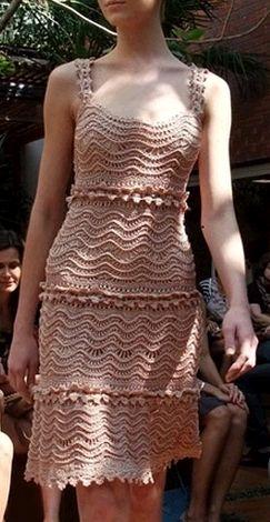 Que espetáculo esse vestido Pessoal, este vestido é de uma estilista famosa, por isso o molde, gráfico do vestido em si, NÃO TEM... o que apenas foi disponibilizado na web foi o gráfico do ponto ut...