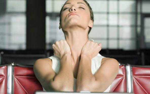 Strofina bene le mani e respira velocemente concentrandoti sulle mani. Poggia le mani, che si saranno scaldate, sulla tiroide per almeno 10 secondi, poi piega