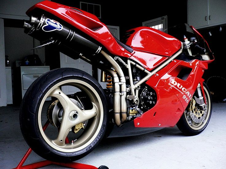 #Ducati 916 #MassimoTamburini 's greatest design. #italiandesign