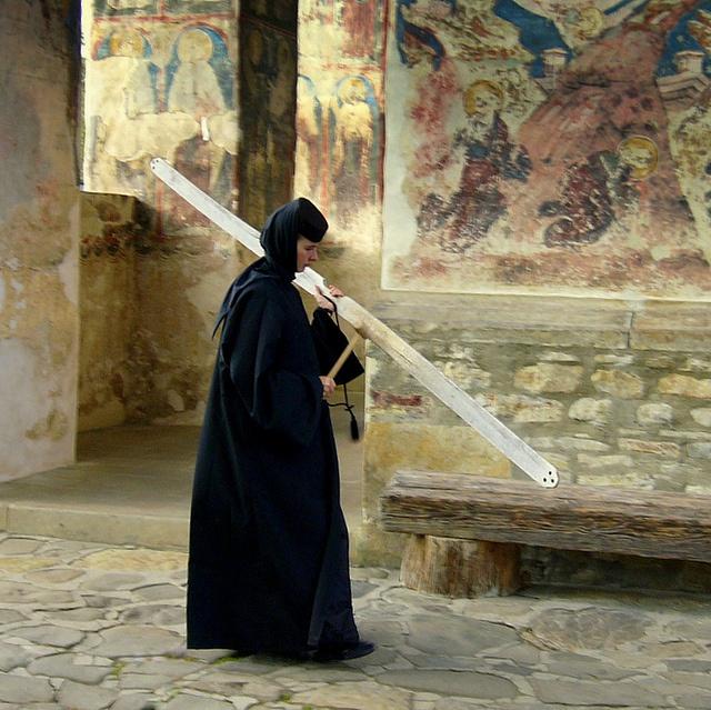 """Semanterion calling for prayer - (Il """"Semanterion"""", o """"Simandro"""", con cui si dà il segnale di inizio di una Liturgia, è uno  strumento a percussione, costituito da un pezzo di legno o di ferro su cui si batte per produrre un suono. Anticamente usato a Bisanzio in luogo delle campane, è ancora in uso in alcuni monasteri bizantini)"""