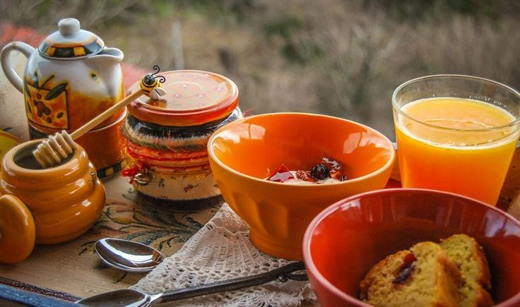 Ζυμωτό ψωμί με φρέσκο βούτυρο και μαρμελάδα με φρούτα από το περιβόλι, ομελέτες με αυγά από το αγρόκτημα, χωριάτικες πίτες που σιγοψήνονται στον φούρνο και αχνιστό καφεδάκι με θέα μια υπέροχη φύση. Από τη Μονεμβασιά μέχρι τα Ζαγοροχώρια, συγκεντρώσαμε 8 αγαπημένους ξενώνες όπου το πρωινό αποτελεί ξεχωριστή εμπειρία.