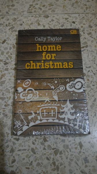 Home For ChristmasCally TaylorBeth Price memiliki pekerjaan yang ia sukai dan pacar yang serius. Namun sang pacar belum menyatakan cinta padanya. Dia merencanakan mengucapkan 3 kata sakti itu pada sang pacar, namun keberuntungan tak berpihak padanya.Tak hanya itu, kabar buruk sepertinya datang bertubi-tubi, yang hadir dalam bentuk Matt yang ganteng, direktur regional bioskop multipleks yang bermaksud membeli tempat kerja Beth sebelum Natal.Dapatkah Beth mempertahankan pekerjaan yang…