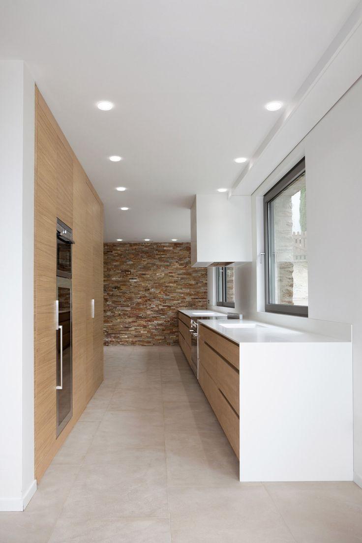 Réalisation d'une cuisine en bois et plan de travail en corian ® pour une villa à Saint-Tropez. Le plan de travail intégre l'évier dans un bloc unique et donc san sjointure pour plus d'harmonie. Architecte : Labo arhitecte