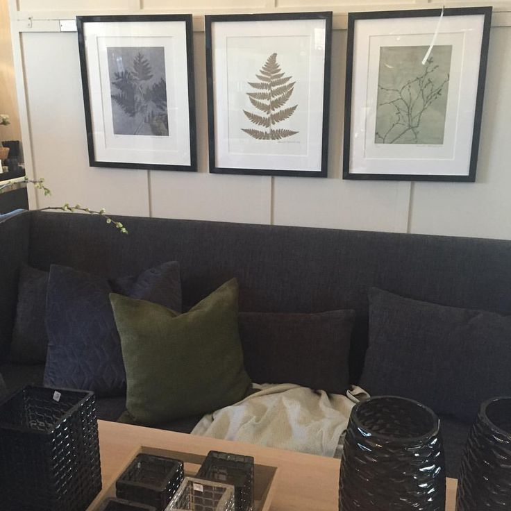 """lykkeligpaahaver på Instagram: """"Kveld spisesofaen vår er på plass igjen- i nytt stoff og farge, Moment""""Stone"""". Nye trykk fra Pernille Folcarelli har også kommet inn- nydelige botaniske motiver. #lykkeligpåhaver #lykkeligpaahaver #butikk #nettbutikk #interiør #møbler #kunst#accessories #yggoglyng#spisesofa#kveld#grey#pernillefolcarelli#botanical#art#kunsttrykk#natur#gold#green#grey#newin"""""""