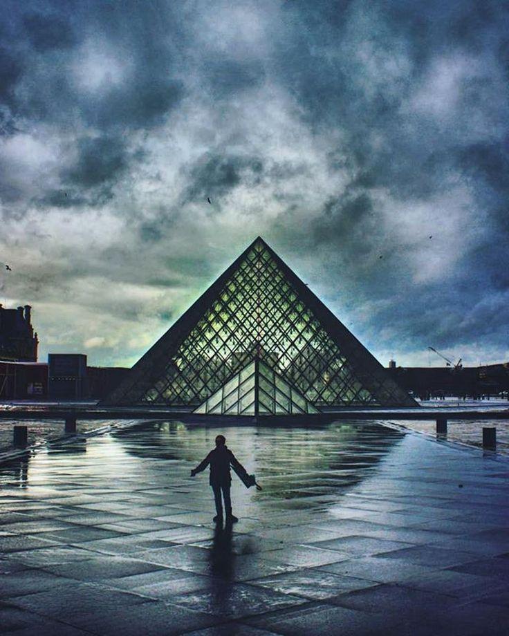Cuál es vuestra obra preferida del @museelouvre?  #Repost @riobo.photo  #paris #louvre #museedulouvre #rain #france #canon #igers #igersparis #photography #photooftheday #photo #pic  #picoftheday #foto #fotografia #streetphotography #sky #colors #city #spaniard #instagram #moodygrams #ville #canonespaña #people