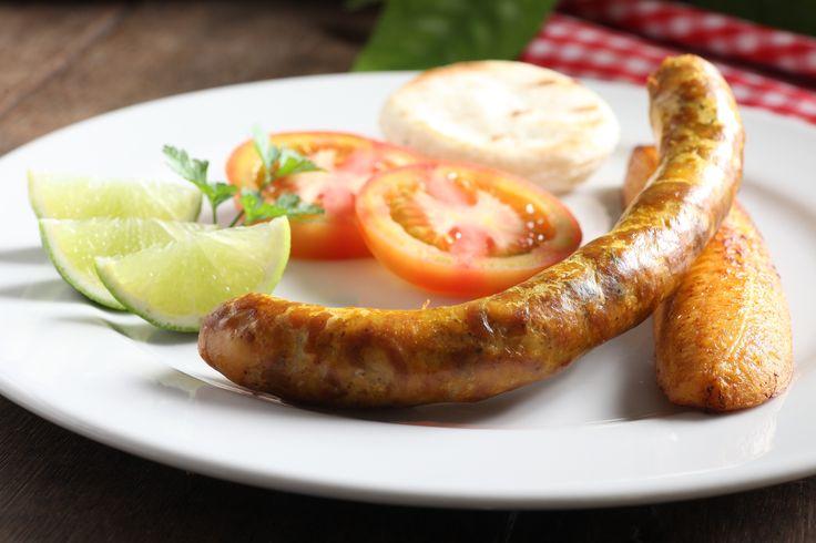 Chorizo acompañado de arepa, tajada de maduro, tomate y limón. http://www.elrancherito.com.co/