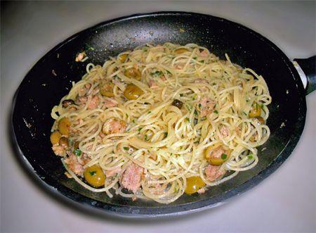 spaghetti tonno olive acciughe capperi e peperoncino