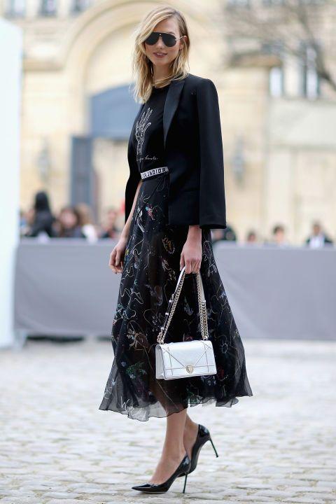 KARLIE KLOSS Baş üstü siyah giymek yazlık iş giysileri için gerçekten harika - zerafet katacak.