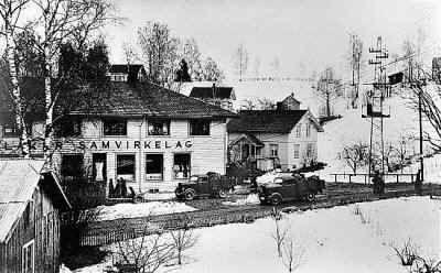 Blaker samvirkelag på 1950-tallet. Blaker var egen kommune til 1962 Blaker kommune ble dannet da den ble skilt ut fraAurskogkommune1. juli1919.1. januar1962ble Blaker, som da hadde 2345 innbyggere, slått sammen med Sørum kommune, som hadde 4348 innbyggere, til den nyeSørumkommune.