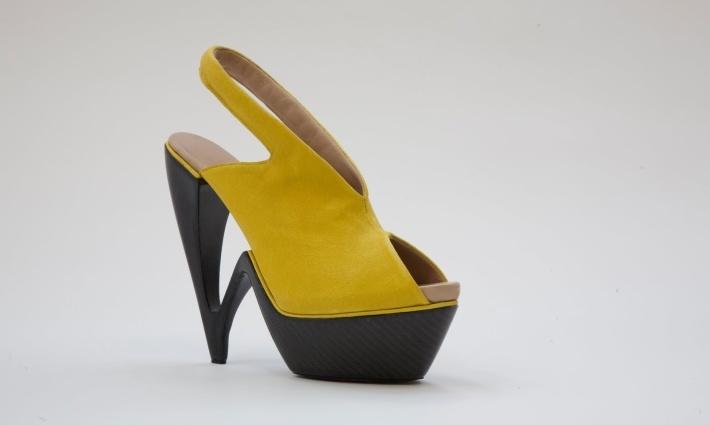 Выпускник Пражской Академии искусств в области архитектуры и дизайна, и новичок в мире моды, Serbak, решила использовать углеродное волокно в качестве экспериментальной концепции для дебютной коллекции.    #carbon #fashion #design #Serbak
