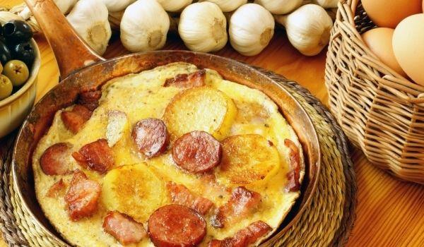 Механджийски омлет - Рецепта. Как да приготвим Механджийски омлет. Нарежете бекона на продълговати пар...