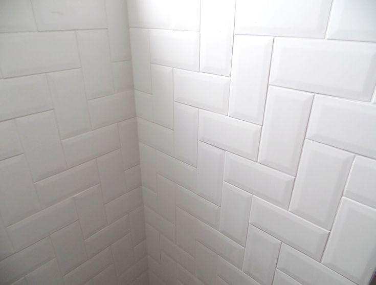 """Banheiro - paginação em """"L"""" do metrô white - apê Débora Alcântara"""