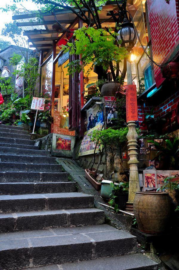 Old town streets of Jiufen, Taiwan (by Benjamin Tan).