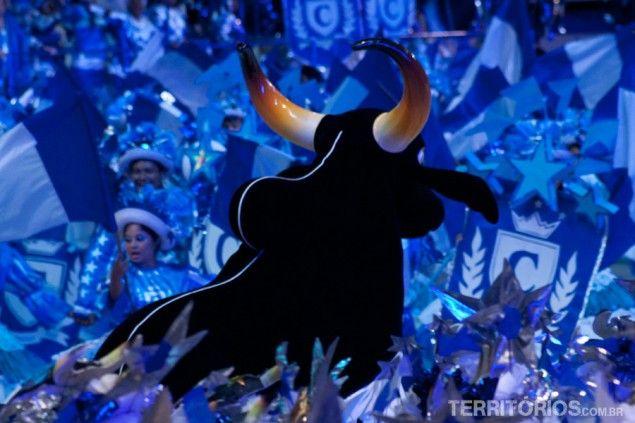 O boi Caprichoso entre os dançarinos Festival de Parintins