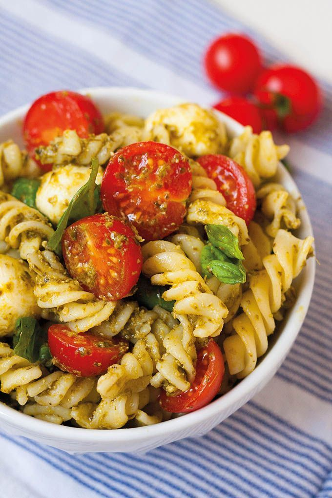 20-minütiger Nudelsalat mit Pesto, Tomaten und Mozzarella   – Salat