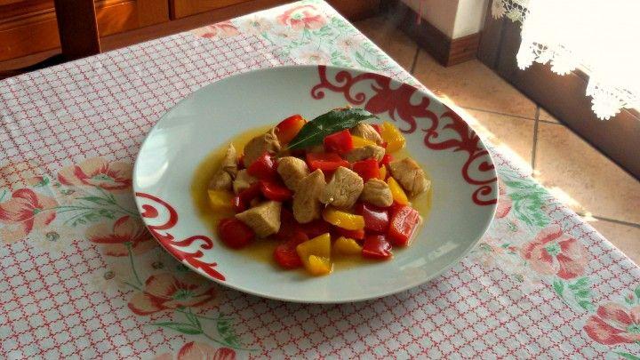 Pollo con peperoni, alloro e curry CLICCA QUI PER LA RICETTA-> http://blog.giallozafferano.it/eli93/pollo-peperoni-alloro-curry/