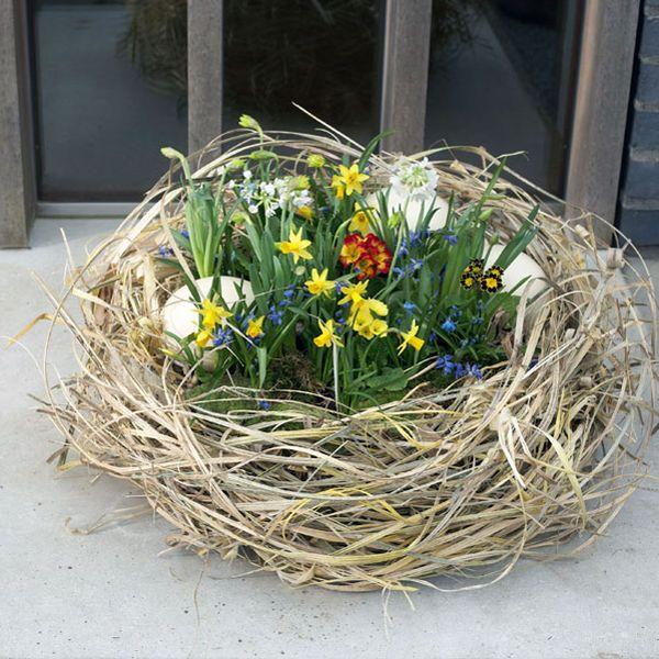 Osterdeko: Osternest mit bunten Frühlingsblumen