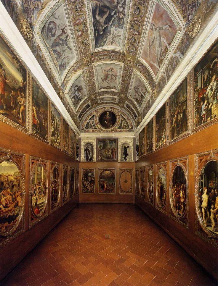 Lo studiolo di Francesco I de Medici a Palazzo Vecchio, dove il duca si ritirava per dedicarsi ai suoi studi di alchimia: un gruppo di pittori coordinato da Giorgio Vasari eseguì tra il 1570 e il 1572 le pitture dei pannelli alle pareti, con allegorie degli elementi