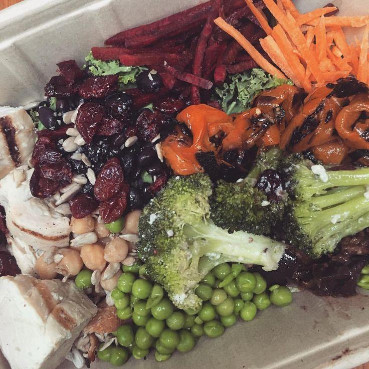 too close for comfort 🕵🕵🕵  sallad råkost tranbär ärtor broccoli rostad grillad paprika Butternut pumpa squash kyckling kikärtor rödbetor rödbeta morot morötter