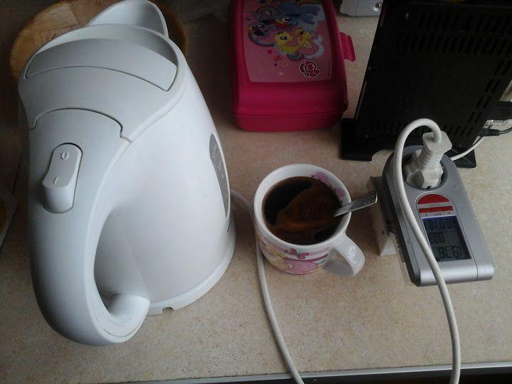 Ile kosztuje zaparzenie kubka kawy w czajniku elektrycznym?