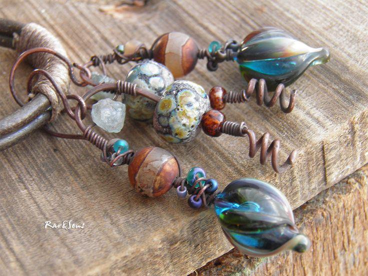 Boucles d'oreille rustique-tribales-bohémiennes-boucles d'oreille nomades-look vintage-indigo-cobalt-brun-ambré : Boucles d'oreille par rare-et-sens