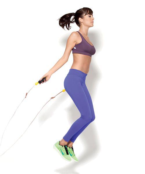 TREINO INTERVALADO PULAR CORDA (SÓ PARA INTERMEDIÁRIAS) Em pé, pernas paralelas, braços ao lado do corpo com os cotovelos um pouco flexionados e cada mão segurando uma ponta da corda. Gire a corda e salte com os dois pés juntos o suficiente para a corda passar. Quando descer, amorteça o impacto com a ponta dos pés.