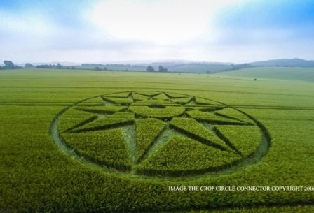 "Crop Circle ""Stella"" compare in un campo di Willoughby Hedge, Wiltshire (UK)"