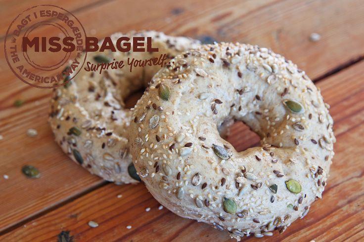 Vegansk bagel lavet på fuldkornshvede, med rugflager og masser af sunde kerner. Bagelen har et lavt indhold af mættet fedt.