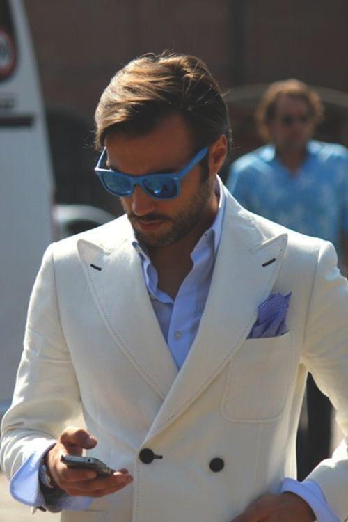 ホワイトダブルジャケットにブルーシャツをあわせたメンズコーデ
