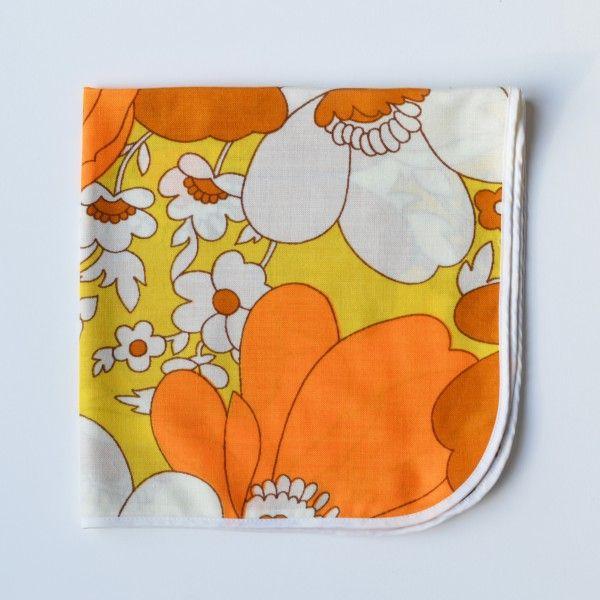<p>Lot de 8 serviettes de table vintage avec motif de fleurs très seventies dans les tons orangés et marrons, coins arrondis et biais blanc sur tout le tour, bon état. Pour donner une touche rétro et fleurie à votre repas ! On aime leur côté très seventies et décoratives .</p>