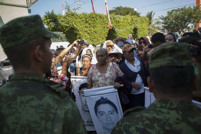 MÉXICO, D.F. (Proceso).- La estrategia de ocultamiento, mentiras, descalificación a investigaciones periodísticas y exoneraciones por adelantado al Ejército y a la Policía Federal (PF) por el caso ...