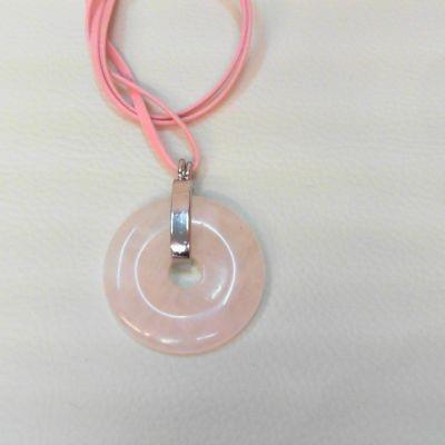 Colier, donut, cuarț roz | Matilda Creations Făcut din: cuarț roz (donut 40 mm), cu fir de piele