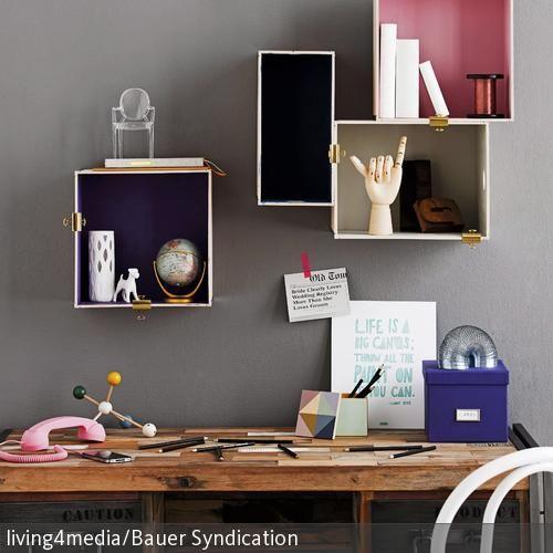 DIY-Aufbewahrungsboxen für den Arbeitsplatz basteln – so einfach gehts: Boxen bemalen oder bekleben, mit Kleber oder Nägeln an die Wand bringen und mit  …