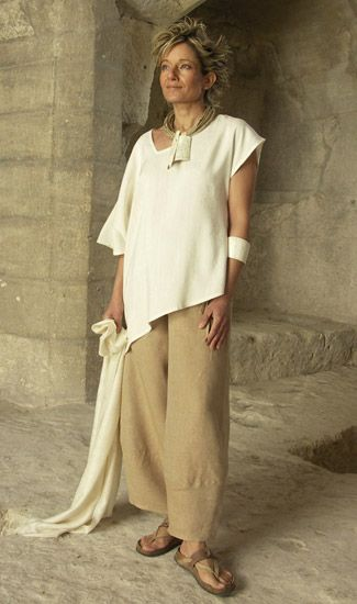 Top made of raw silk natural color; beige linen pants.