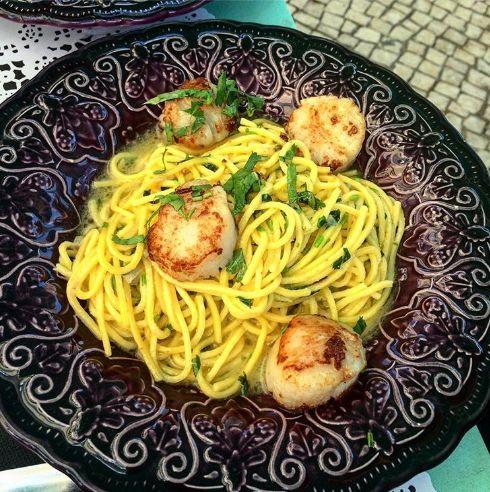 Espaguete com molho bulhão pato (manteiga e vinho branco) com vieiras grelhadas